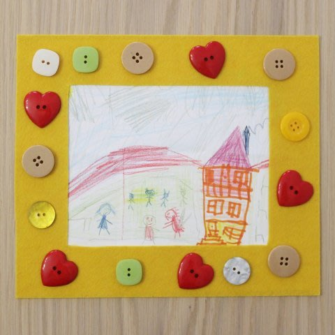 Make a photo frame of felt and buttons