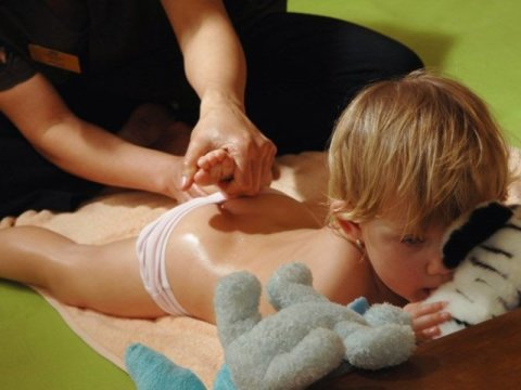 Легкий массаж спины со стишком