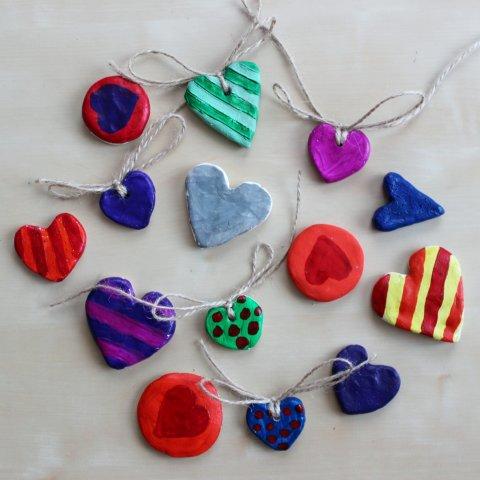 сердечки-подвески из глины