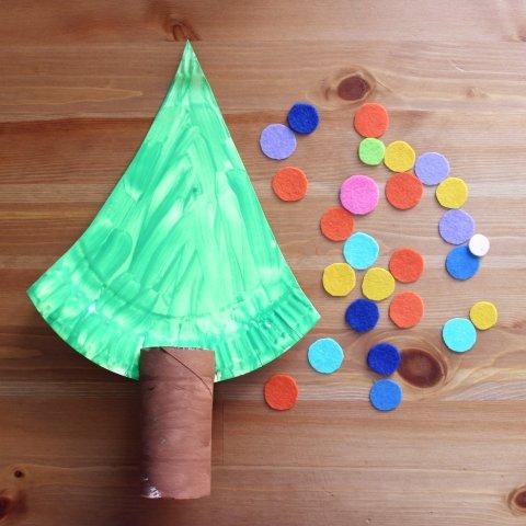 кружочки из фетра украсят елочку поделка руками ребенка