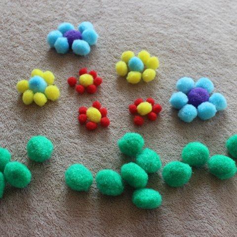 игры с декоративными цветными помпонами