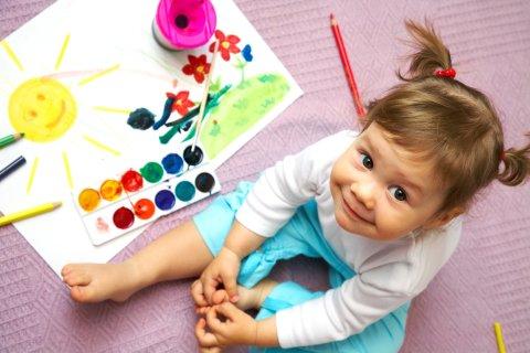 девочка занимается рисованием акварель домашние занятия творчество