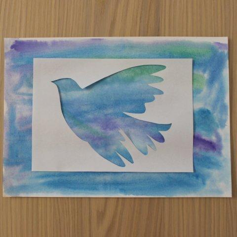 приложить трафарет и раскрасить голубя для рисунка к 1 мая