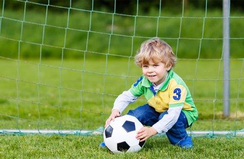 мальчик играет в футбол ворота мяч чемпионат