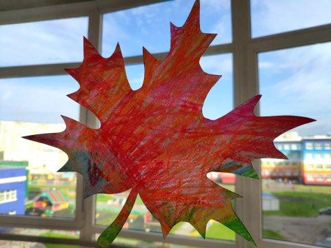 как нарисовать вместе с ребенком кленовый лист цветными мелками