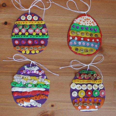 пасхальные яйца из картона и пластилина своими руками украшенные бисером блёстками фольгой