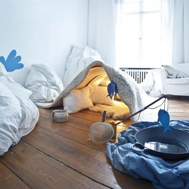 Шалаш из мебели и одеял