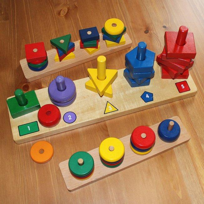 Предложите малышу поиграть с деревянной пирамидкой