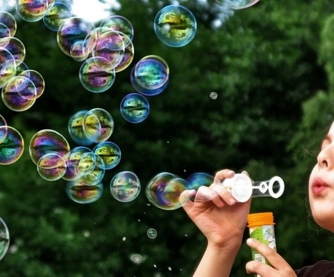 Научите малыша надувать мыльные пузыри