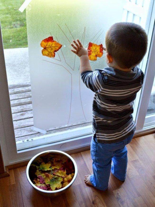 Осенняя аппликация на окне