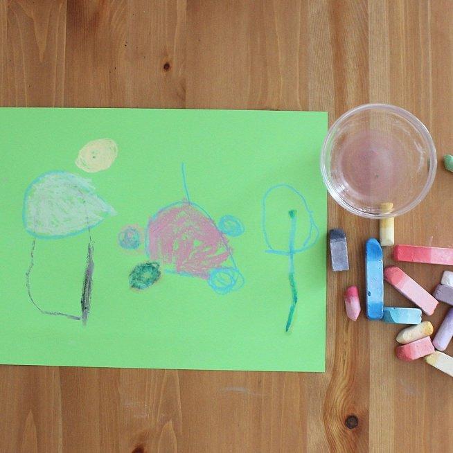 Порисуйте вместе с ребёнком мелом на цветной бумаге