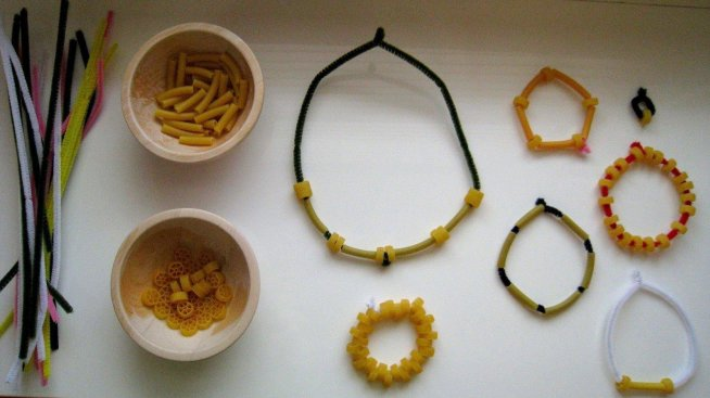 Бусы и браслеты из макарон