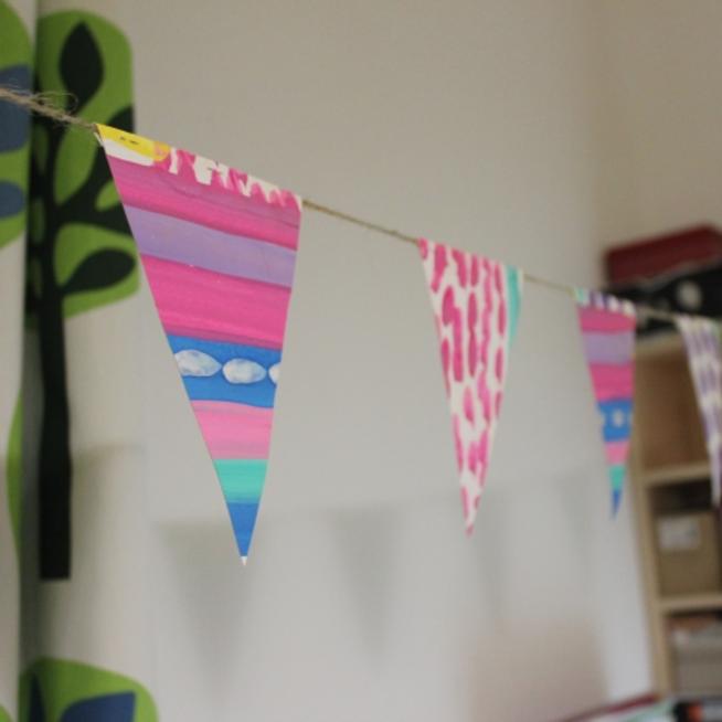 Сделайте вместе с ребенком праздничные флажки из бумаги